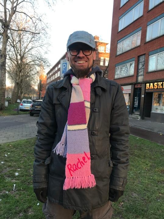 Mijn oom met de sjaal van mijn zusjes.
